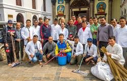 Trabajadores junto para el programa del saneamiento en el templo imagen de archivo