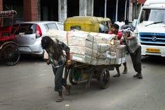 Trabajadores, mercancías del recorrido de los trabajadores a comercializar en la India imágenes de archivo libres de regalías