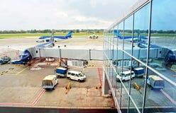 Trabajadores no identificados que preparan los aeroplanos Foto de archivo