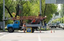 Trabajadores que cambian la señal de tráfico Fotografía de archivo libre de regalías