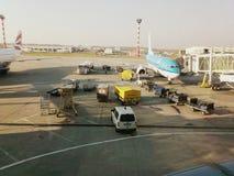 Trabajadores que cargan el equipaje en los aviones Fotografía de archivo