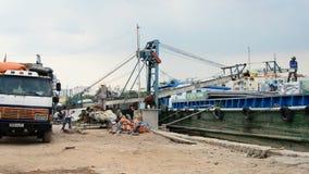 Trabajadores que cargan un barco con el cargo - Ho Chi Minh City (Saigon) Vietnam metrajes
