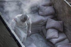 Trabajadores que cargan y que descargan el cemento imágenes de archivo libres de regalías
