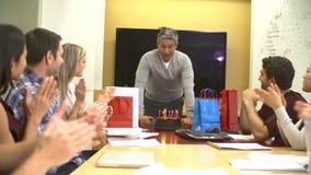 Trabajadores que celebran el cumpleaños del colega en oficina almacen de metraje de vídeo