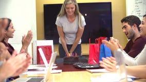 Trabajadores que celebran el cumpleaños del colega en oficina metrajes