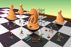 Trabajadores que construyen a un caballero Chess en el tablero de ajedrez Imágenes de archivo libres de regalías