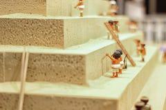 Trabajadores que construyen una pirámide Foto de archivo libre de regalías