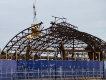 Trabajadores que desmontan el embarcadero quemado de Eastbourne Fotografía de archivo libre de regalías