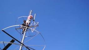 Trabajadores que desmontan el polo del metal usado como árbol de navidad almacen de video