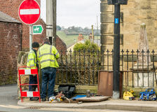 Trabajadores que fijan la línea telefónica en una calle Galés fotografía de archivo libre de regalías