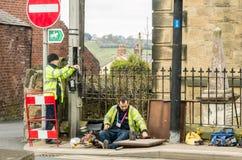 Trabajadores que fijan la línea telefónica en una calle Galés foto de archivo
