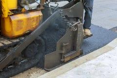 Trabajadores que hacen el asfalto con las palas en la construcción de carreteras Asphalt Paving Imagen de archivo libre de regalías