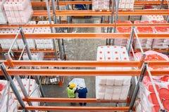 Trabajadores que hacen inventario en Warehouse foto de archivo