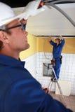 Trabajadores que instalan la instalación de tubos Imagen de archivo