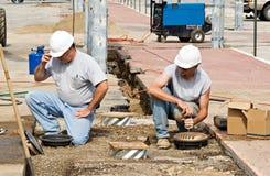 Trabajadores que instalan luces Imagen de archivo