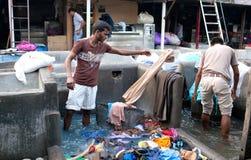 Trabajadores que lavan la ropa en Dhobi Ghat en Bombay, la India Imagen de archivo
