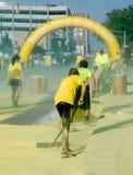 Trabajadores que limpian amarillo durante la raza más feliz 5k Fotos de archivo