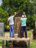 Trabajadores que limpian las inscripciones de piedra antiguas srilanquesas Imagenes de archivo