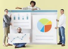Trabajadores que llevan a cabo un tablero del gráfico imagen de archivo