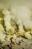Trabajadores que minan el sulfuro dentro del volcán Ijen imagen de archivo libre de regalías