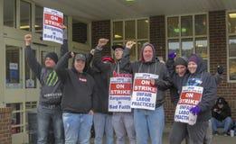 Trabajadores que pegan afuera de parada fotografía de archivo