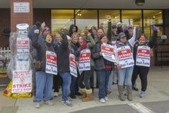 Trabajadores que pegan afuera de parada y de tienda en Middletown, Connecticut imagen de archivo