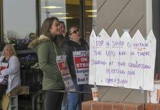 Trabajadores que pegan afuera de parada y de tienda en Middletown, Connecticut foto de archivo libre de regalías