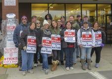 Trabajadores que pegan afuera de parada y de tienda en Middletown, Connecticut imágenes de archivo libres de regalías