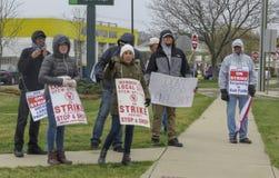 Trabajadores que pegan afuera de parada y de tienda en Wallingford, Connecticut imagen de archivo