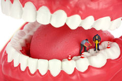 Trabajadores que perforan un diente Fotos de archivo libres de regalías