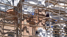 Trabajadores que pintan ascendente cercano de la pared metrajes