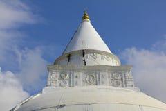 Trabajadores que pintan Stupa budista, Sri Lanka Fotos de archivo