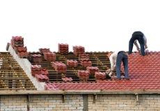 Trabajadores que ponen los azulejos de azotea fotos de archivo