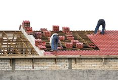 Trabajadores que ponen los azulejos de azotea Foto de archivo libre de regalías