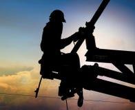 Trabajadores que ponen una estación sub eléctrica Fotos de archivo