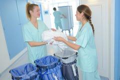 Trabajadores que preparan el lavadero real del hospital de los bolsos Fotos de archivo libres de regalías