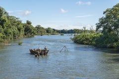 Trabajadores que recogen muestras de agua en el río Paraná en el parque de Iguazu Imagen de archivo libre de regalías