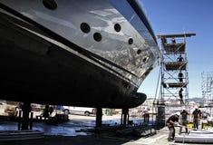Trabajadores que restauran un barco Fotos de archivo libres de regalías