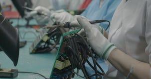 Trabajadores que sueldan el primer de la placa de circuito almacen de video