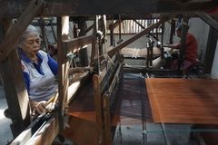 Trabajadores que tejen el paño tradicional de Lurik de Java Imagenes de archivo