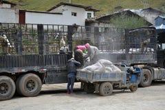 Trabajadores que trabajan alrededor del monasterio de Kirti Gompa en Langmusi, Amdo T imagenes de archivo