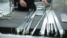 Trabajadores que usan un torno para cortar marcos del aluminio de la ventana 4K metrajes