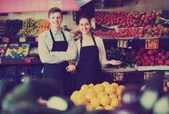 Trabajadores que venden las frutas frescas Foto de archivo
