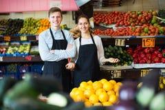 Trabajadores que venden las frutas frescas Fotos de archivo