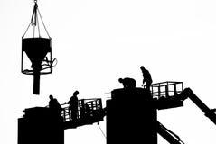 Trabajadores que vierten el cemento imagen de archivo