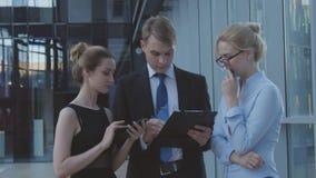 Trabajadores serios que discuten materias de negocio Imagen de archivo libre de regalías