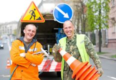 Trabajadores sonrientes del técnico de la marca de la señal de tráfico Imagen de archivo