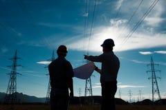 Trabajadores una estación de la electricidad Fotos de archivo