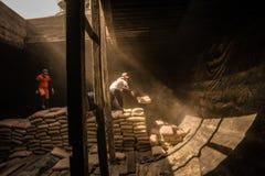 Trabajadores urbanos en el puerto de Sunda Kelapa, Jakarta, Indonesia imagen de archivo libre de regalías
