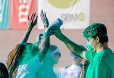 Trabajadores verdes en una raza del funcionamiento del color Imagen de archivo